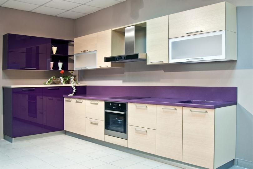 Бело фиолетовая кухня из пластика