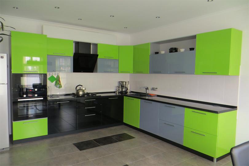 Разноцветная кухня из пластика №21