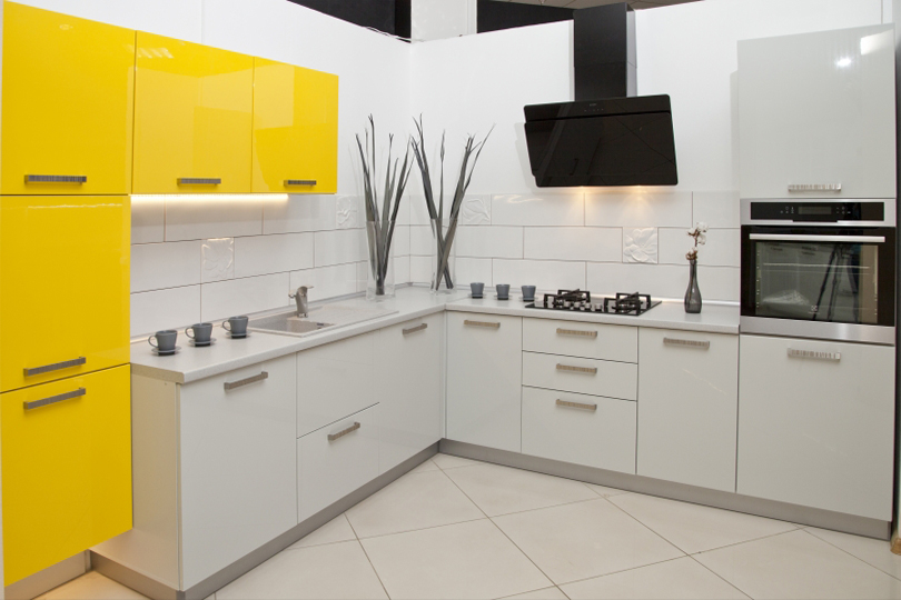 Бело желтая кухня из пластика